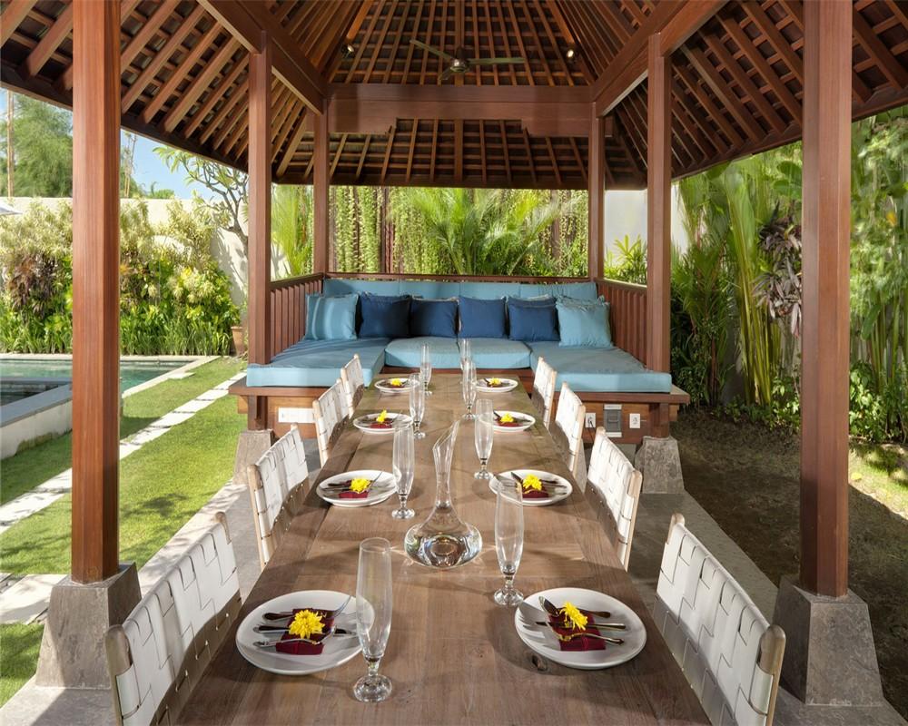 别墅暂不开放预订 完工于2010年夏季,坐落于巴厘岛最南端水明漾的佛香别墅,距离椰子一字排开的黄金海滩不过几分钟的步行路程,别墅设计既轻松又时尚。富有魅力的现代风格建筑,使其散发着异国情调和巴厘岛的独特魅力。别墅隐藏在围墙之后,创造了足够安全的隐私环境,让人不由联想起传统的巴厘岛村庄。跨过一道气势辉煌的木门,进入演绎现代风格的伯夷时期的宫殿,入口处是坐佛水景,藤蔓缭绕的锦鲤池和铺满垫脚石的小道延伸通往异国情调的花园和17米长的游泳池。 该别墅拥有楼下两间主卧和楼上一间主卧,隔壁是一间客卧,每个卧室都带有豪