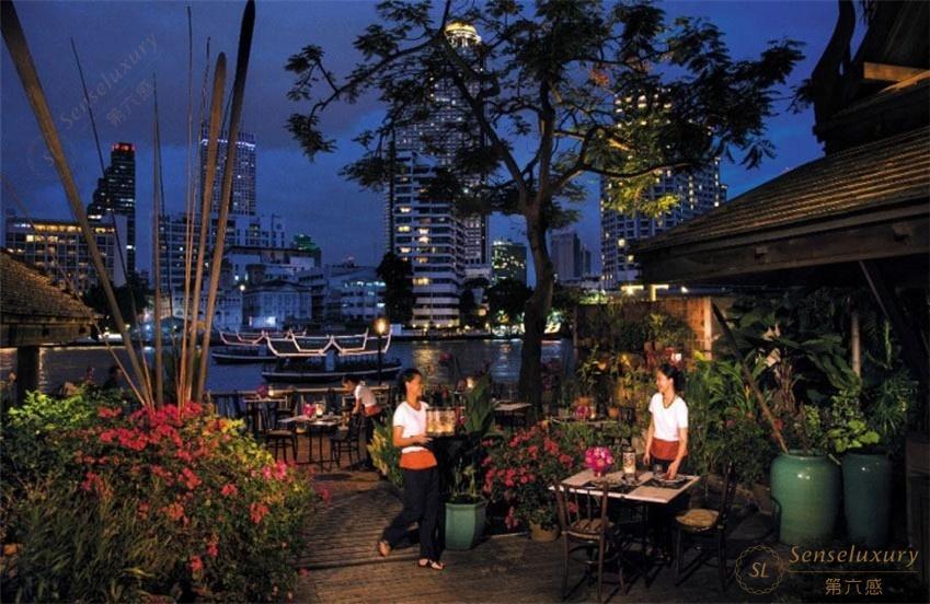 在曼谷半岛酒店,高端奢华与无与伦比的泰国风情完美融合。在酒店标志性的绿色嘟嘟车上沿着湄南河(Chao Phraya River)体验一场别开生面的探险,品尝一桌由宫廷御厨代代传承的秘方烹调的正宗泰式饕餮盛宴,曼谷半岛酒店倾心为您打造一场终极的文化之旅。 酒店提供4种房型供您选择: 豪华客房 所有的豪华客房都可享受湄南河美景和曼谷城市风貌。富丽堂皇的泰国丝质饰面,搭配奢华的大理石浴室,酒店的房间将经典的奢华与半岛最新的专利技术巧妙结合。三台电话,其中两台设国内直拨、语音信箱、世界时钟,同时提供免费网络连接,